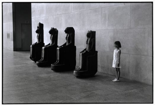 Elliott Erwitt – Amy, Metropolitan Museum, 1988